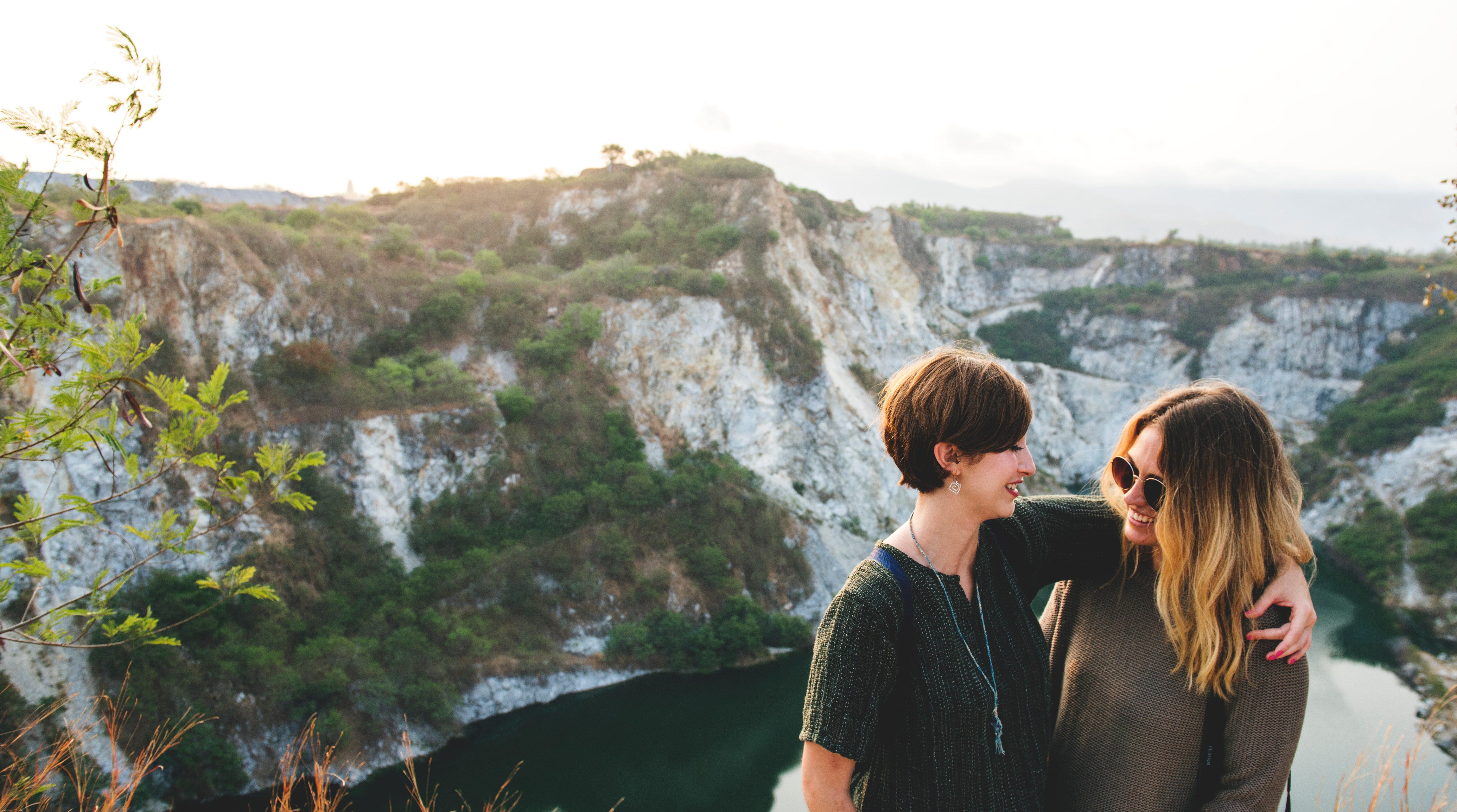Zwei Frauen genießen ein langes Wochenende in der Natur als Stessbewältigungsstrategie