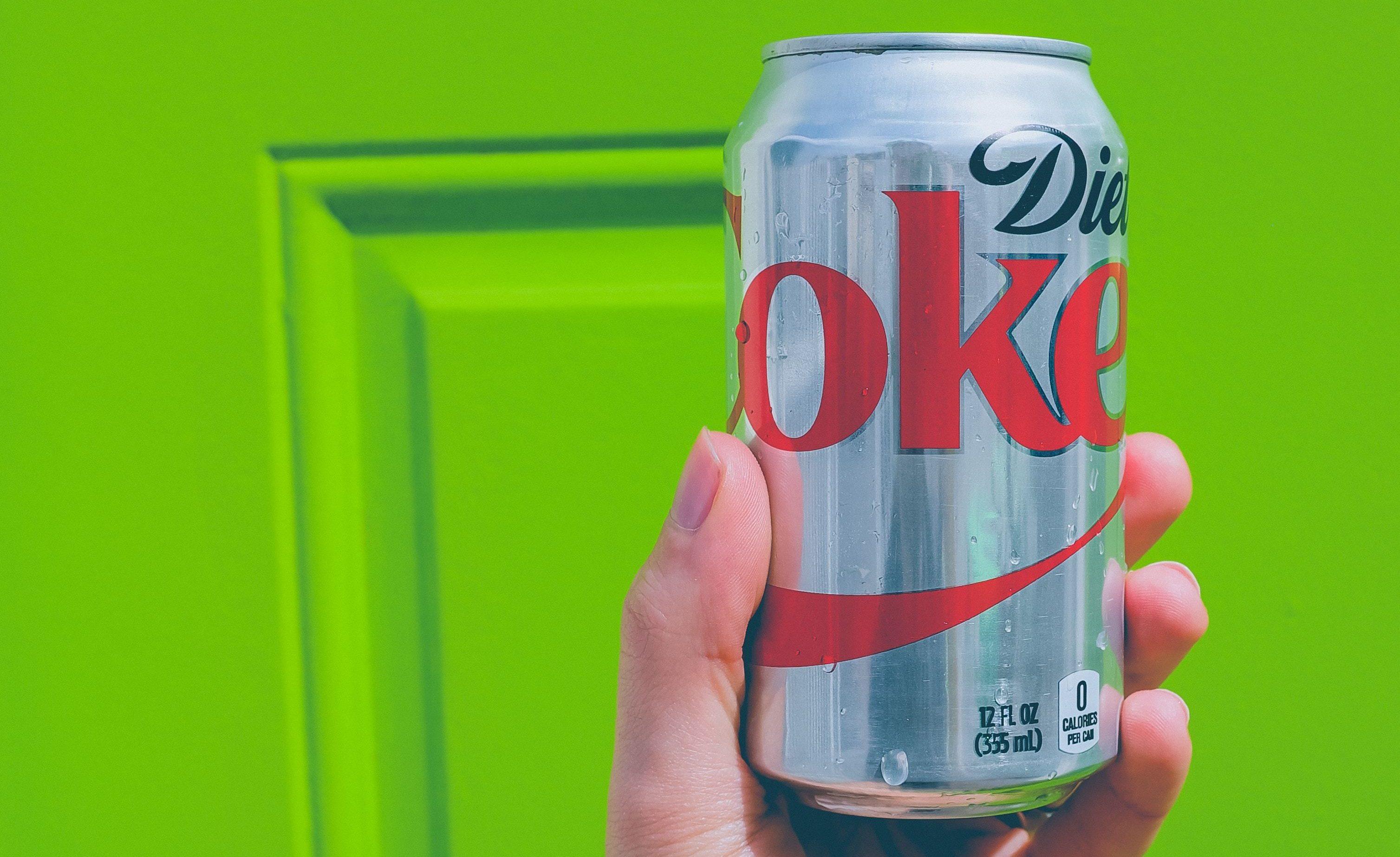 Eine silberne Dose Cola Light, die den schädlichen Süßstoff Aspartam enthält, der das Immunsystem gegen das Coronavirus schwächt