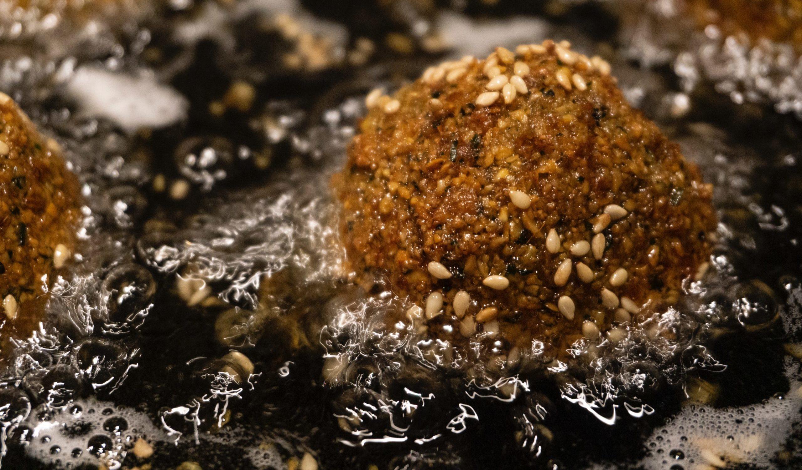 Falafel werden in industriell-raffiniertem Pflanzenöl frittiert, was diese Lebensmittel mit Omega-6-Fettsäuren oxidiert
