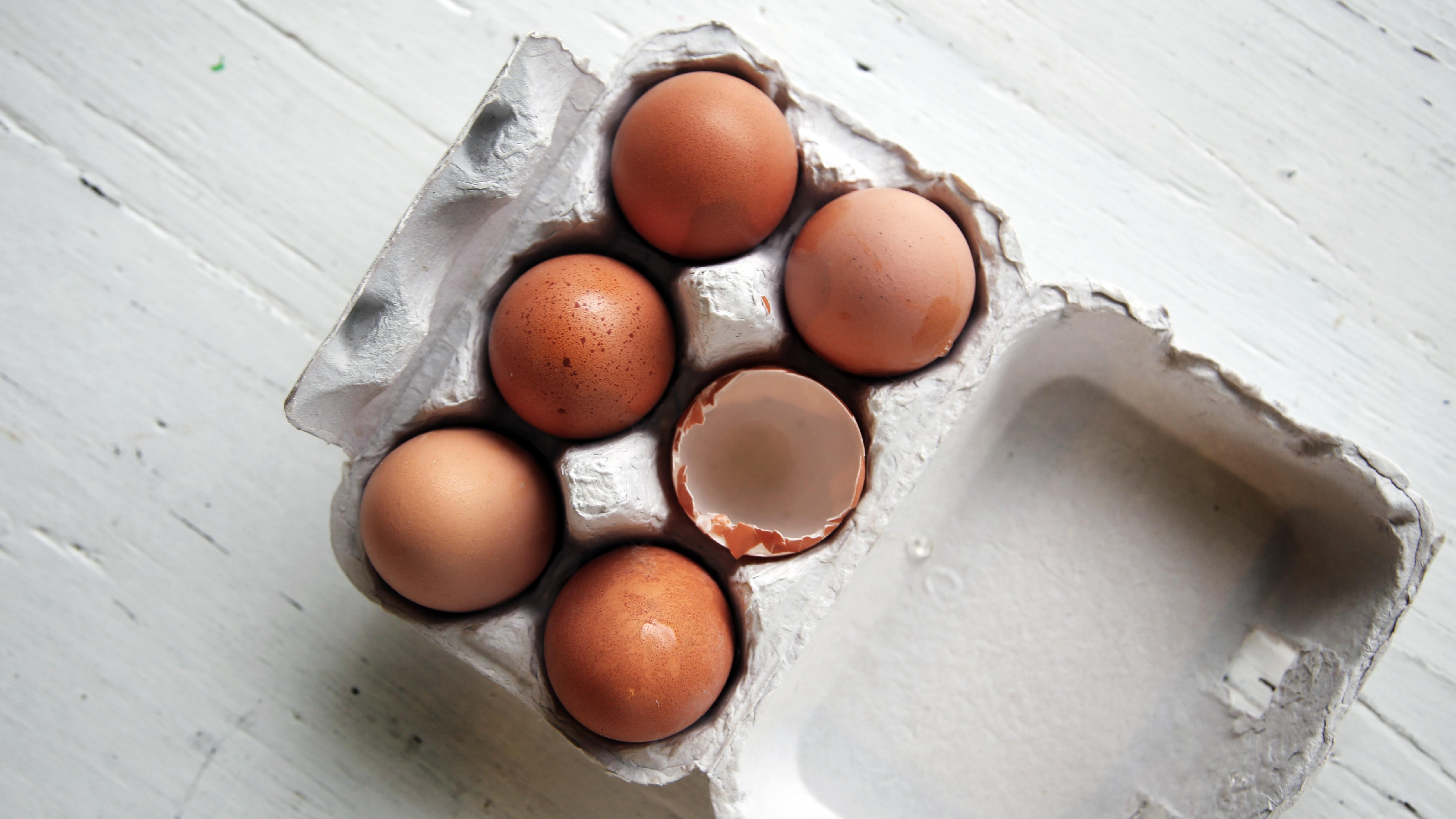 Diese Packung Eier auf dem Tisch kann die zusätzliche Menge an Protein am Tag liefern, die die Coronavirus-Hochrisikogruppe benötigt, um ein schwaches Immunsystem natürlich zu stärken