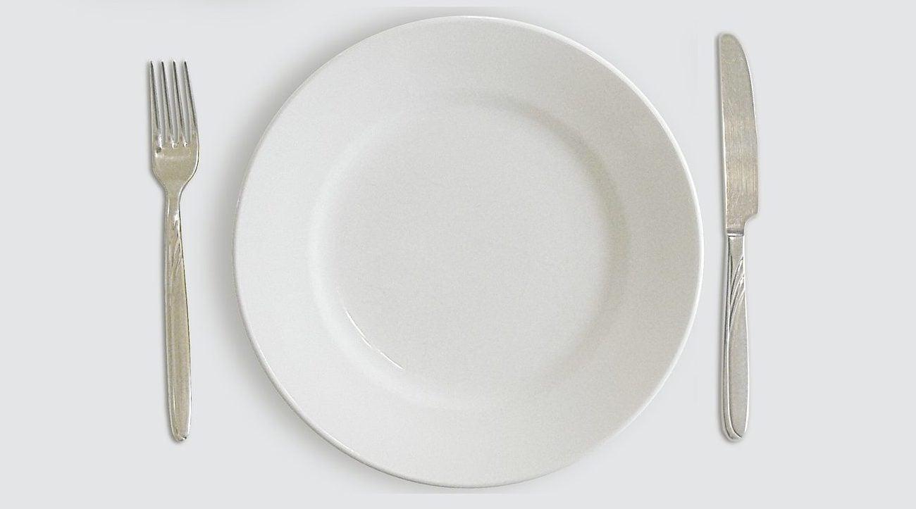 Ein leerer weißer Teller symbolisiert, dass intermittierendes Fasten die Selbstheilungskräfte des Körpers aktiviert und Dein Immunsystem gegen das Coronavirus, andere Infektionen, Entzündungen und Krebs stärkt