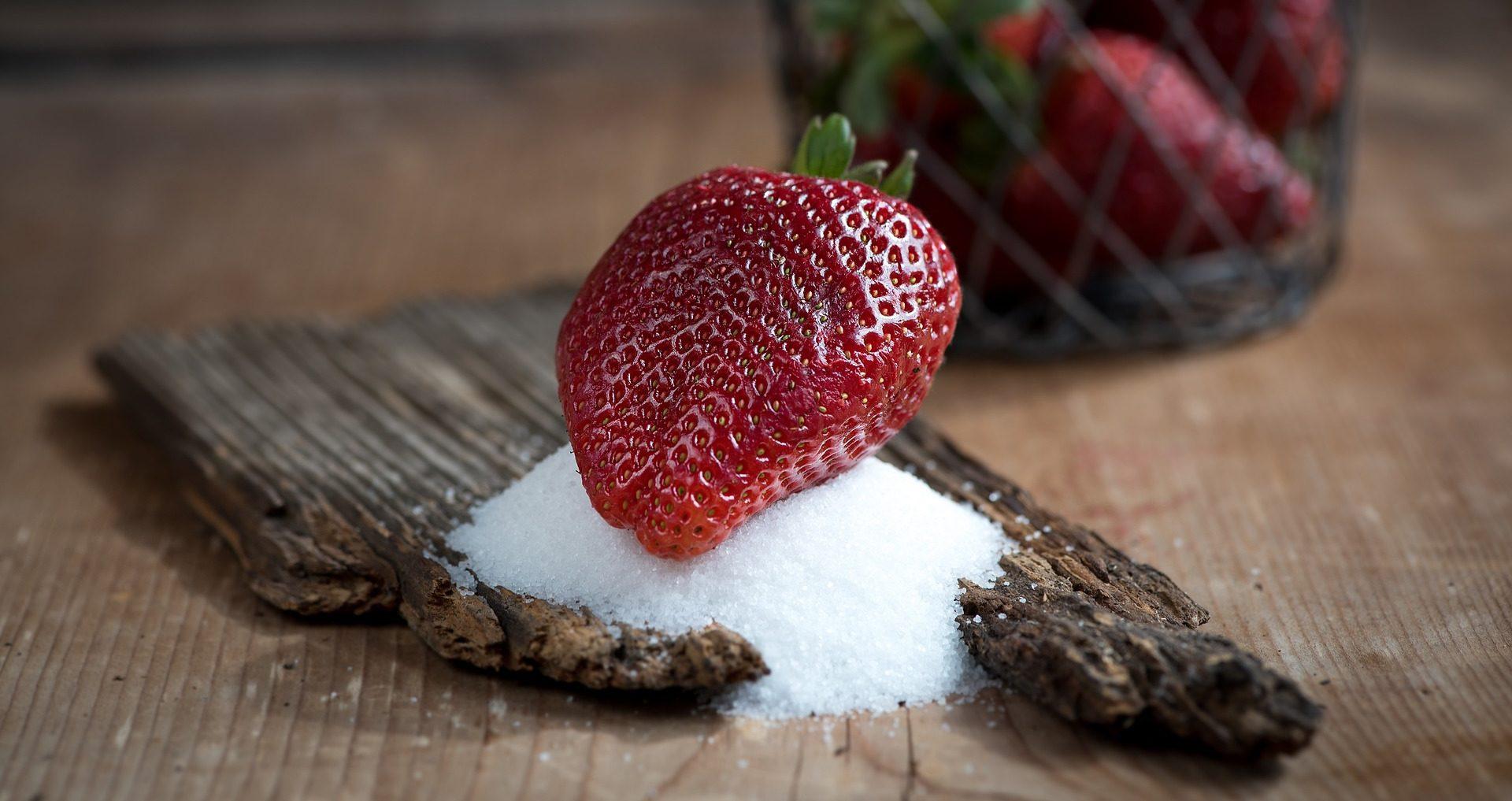 Diese Erdbeeren mit Tafelzucker enthalten eine große Menge an Fruktose, die Du am Low Carb Cheat Day vermeiden solltest