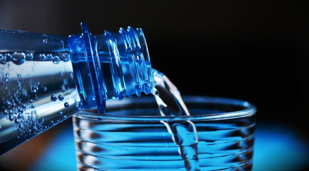 Mineralwasser hilft am Tag danach bei der Hydrierung und Rückgewinnung von Elektrolyten