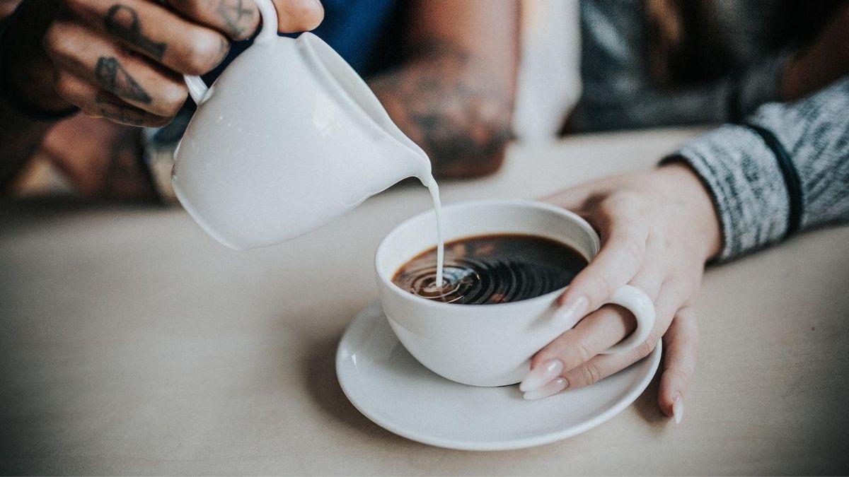 Milch im Kaffee ist ein häufiger Fehler beim Intervallfasten, der Nebenwirkungen verursachen kann