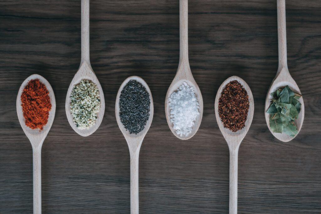 Die richtigen Gewürze bringen Geschmack auf die Low Carb Lebensmittel Liste