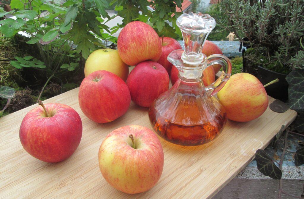 Das Trinken von Apfelessig bringt zahlreiche gesundheitliche Vorteile