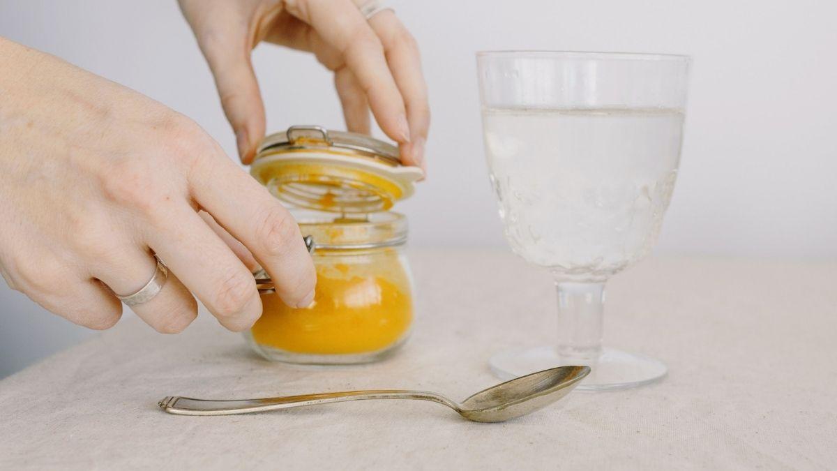 Kurkuma Tee selber machen – Rezept mit Pulver und Ingwer