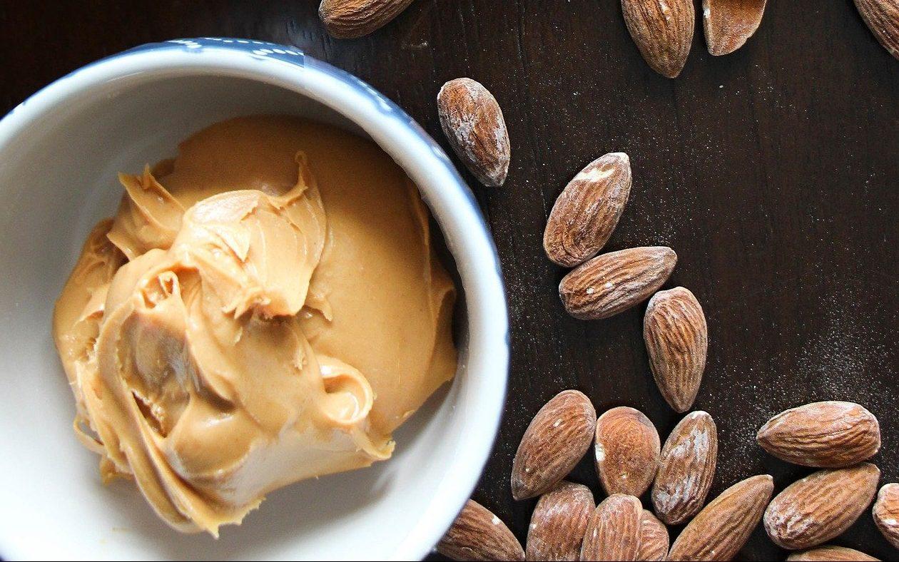 Mandelbutter ist eine Low-Carb-Alternative zu Erdnussbutter