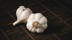 Read more about the article 13 Garlic Benefits for Health, Skin, Hair, Women, and Men
