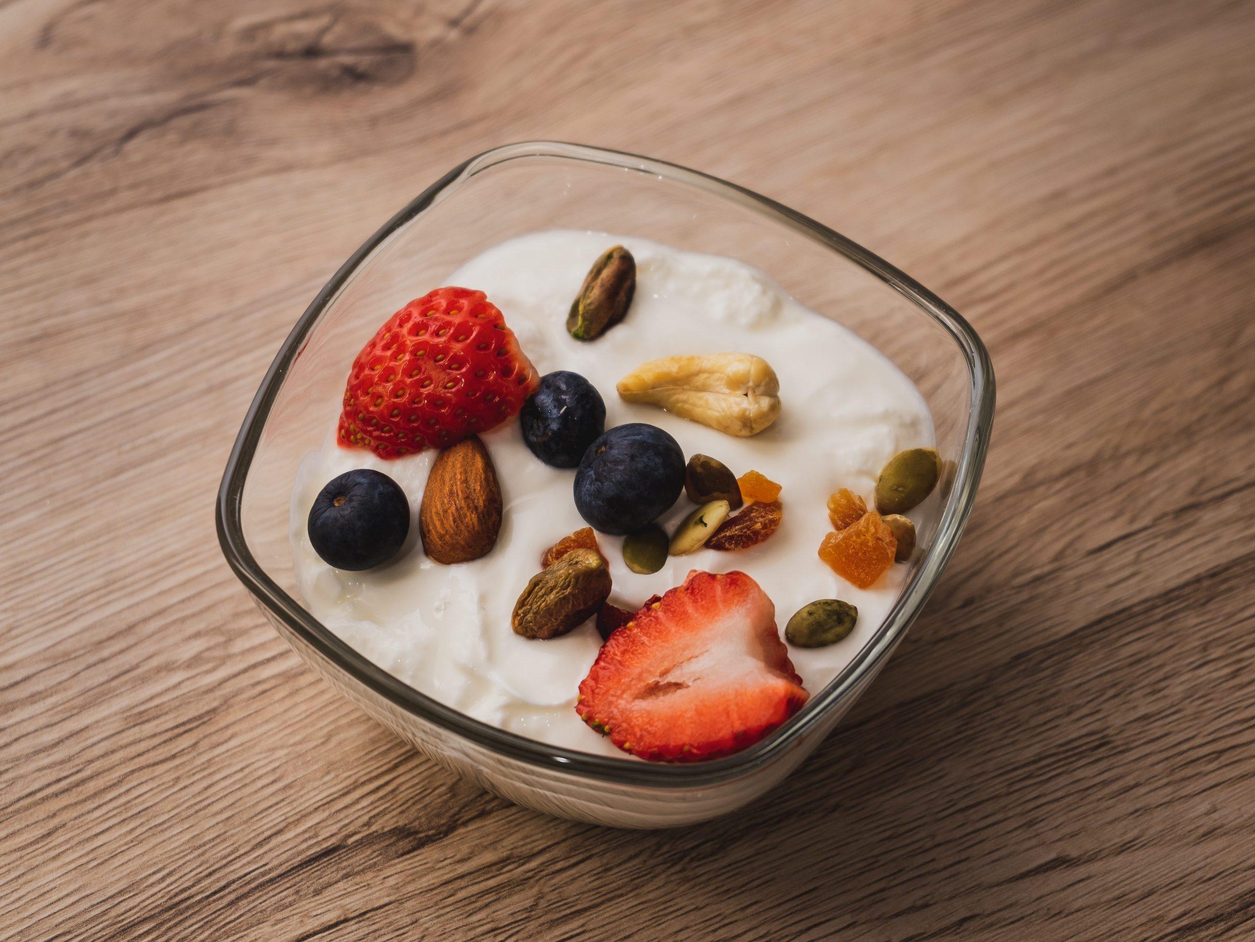 Beeren und Nüsse passen zu Joghurt bei Keto