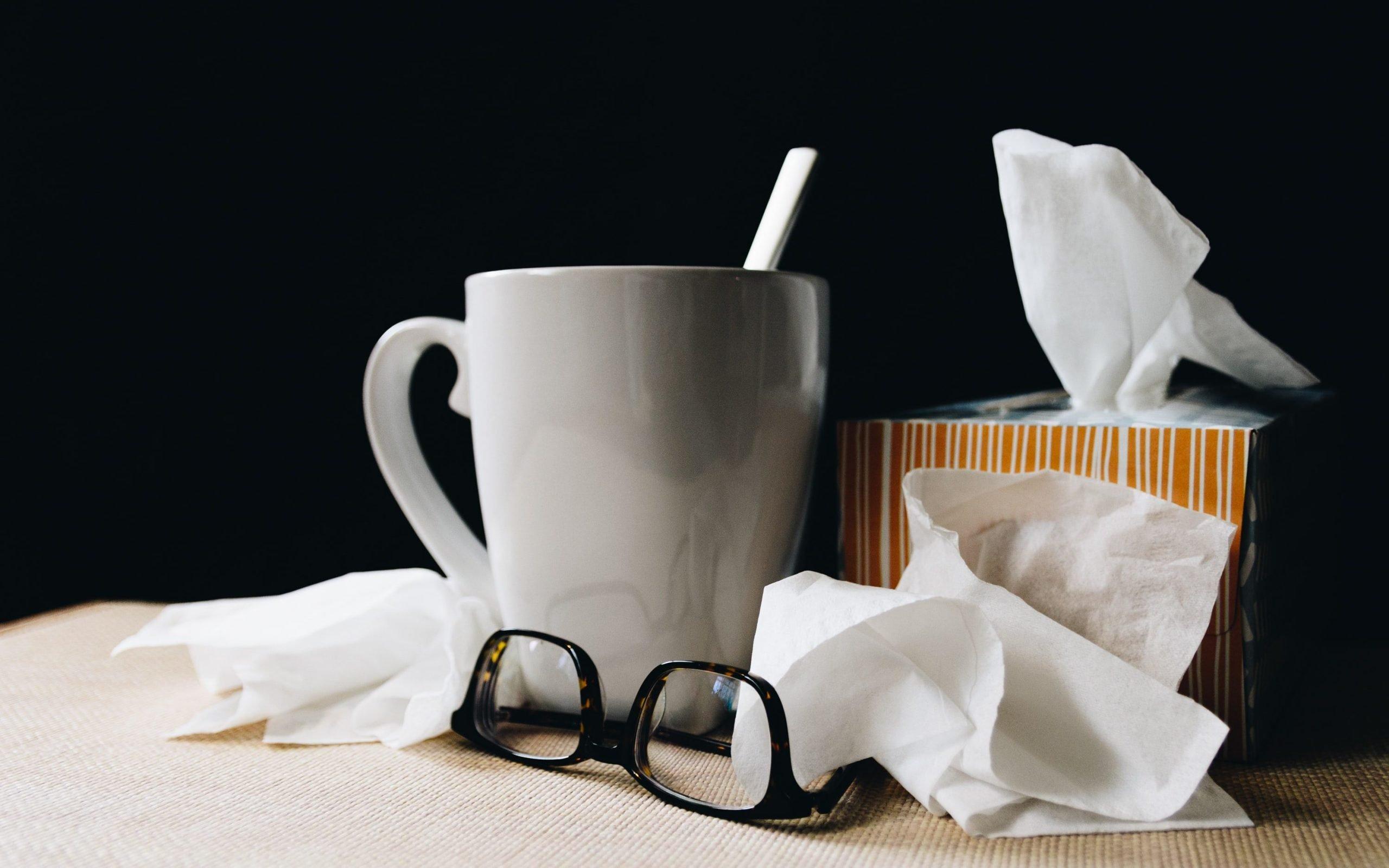 Tee und Taschentücher aufgrund von Grippe-Symptomen