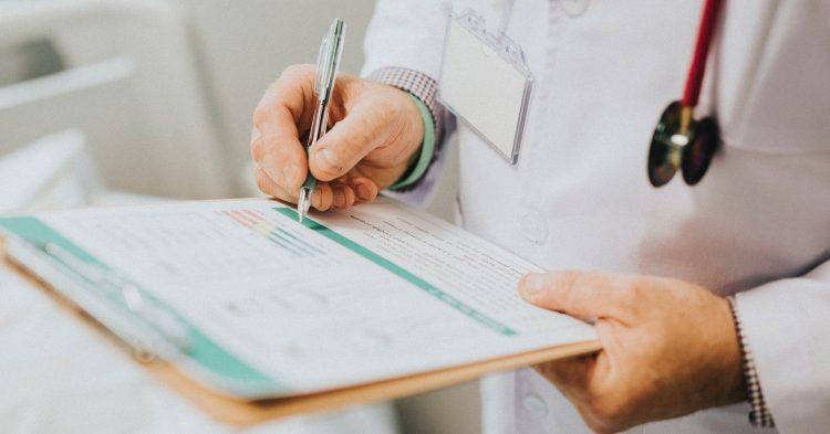 Ein Arzt führt Liste über typische Stresskrankheiten