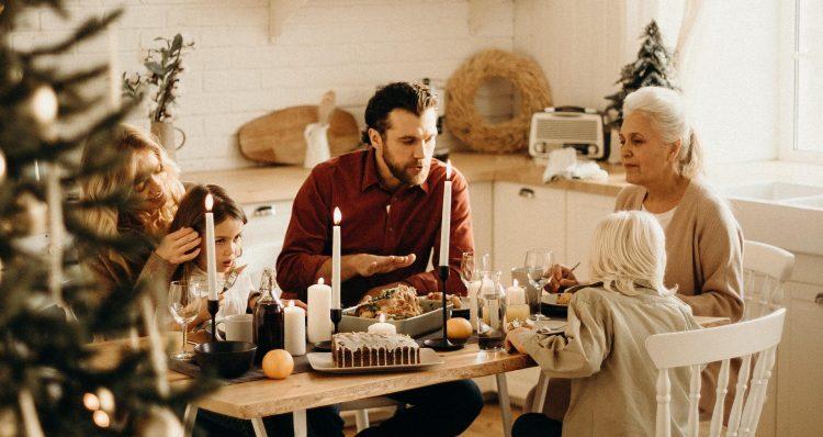 Eine Familie isst zu Weihnachten am Küchentisch ein Low Carb Cheat Day Essen