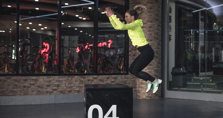 Eine Frau trainiert im Fitnessstudio, um nach einem Low Carb Cheat Day schnell wieder in Ketose zu kommen