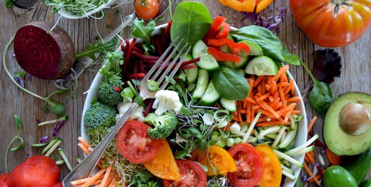 Eine Schale mit pflanzlichen Lebensmitteln, die reich an löslichen Ballaststoffen sind und Blutzucker- und Insulinreaktion mindern